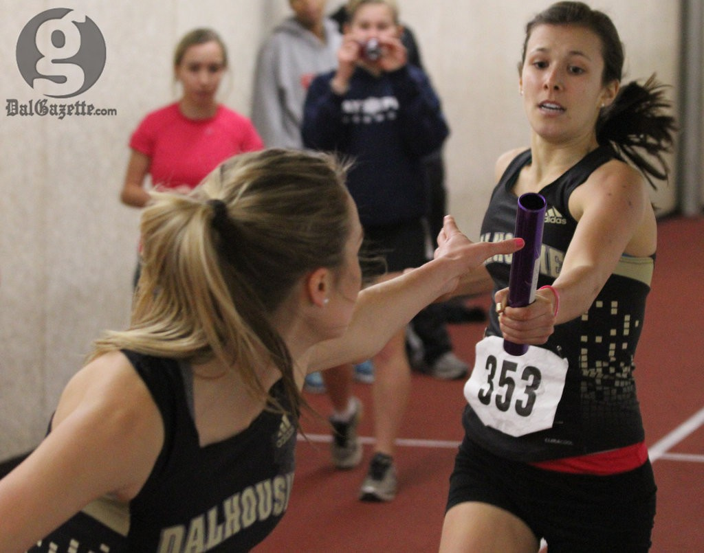 Vanessa Linton hands off the baton to Britany MacArthur in Dal's winning race in the women's 4x800- metre. (Bryn Karcha photo)