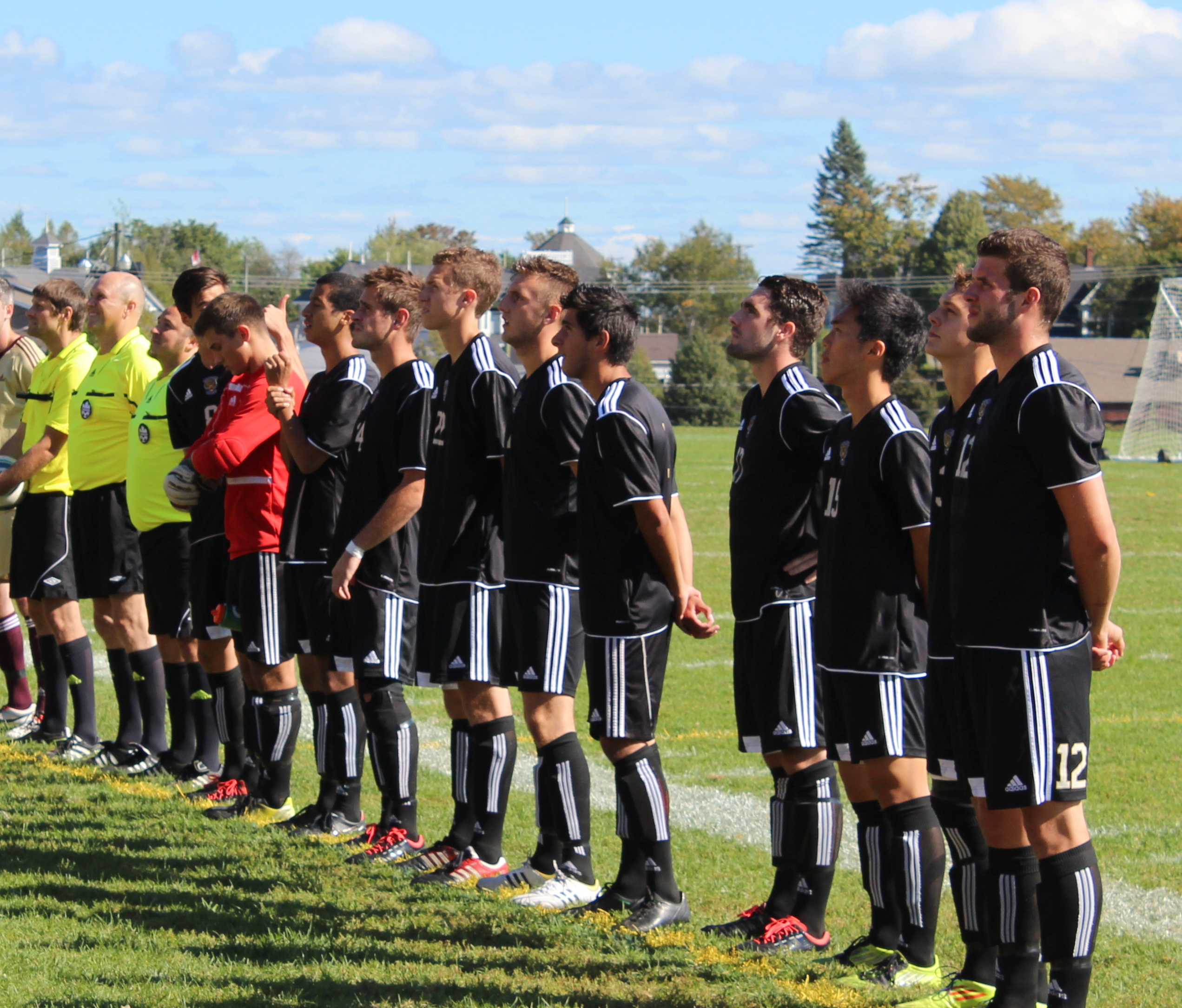 The men's team gets set for a game in Sackville (photo by Samuel Perrier Daigle)