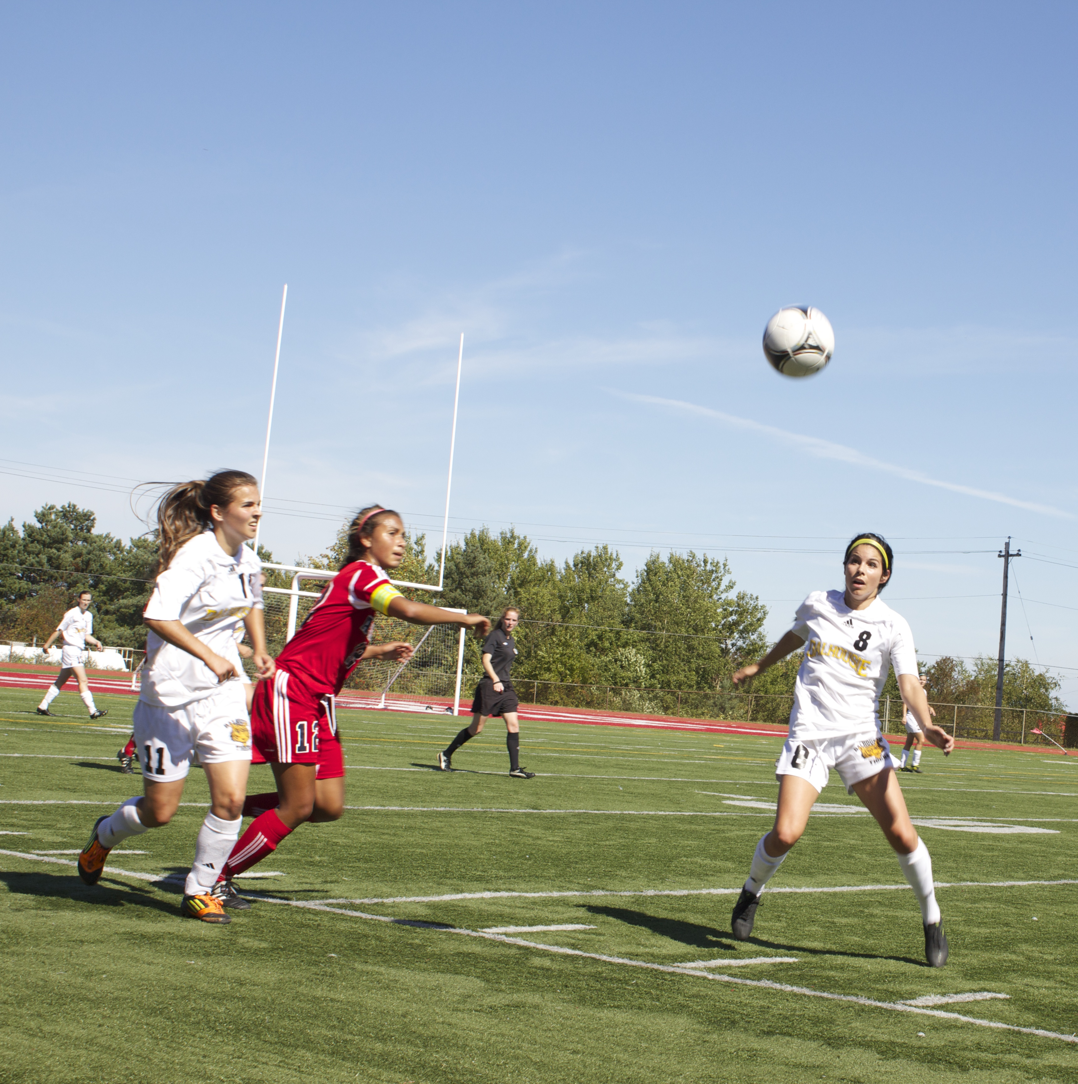 Victoria Parkinson (8) waiting to play the ball. (Samuel Perrier-Diagle photo)