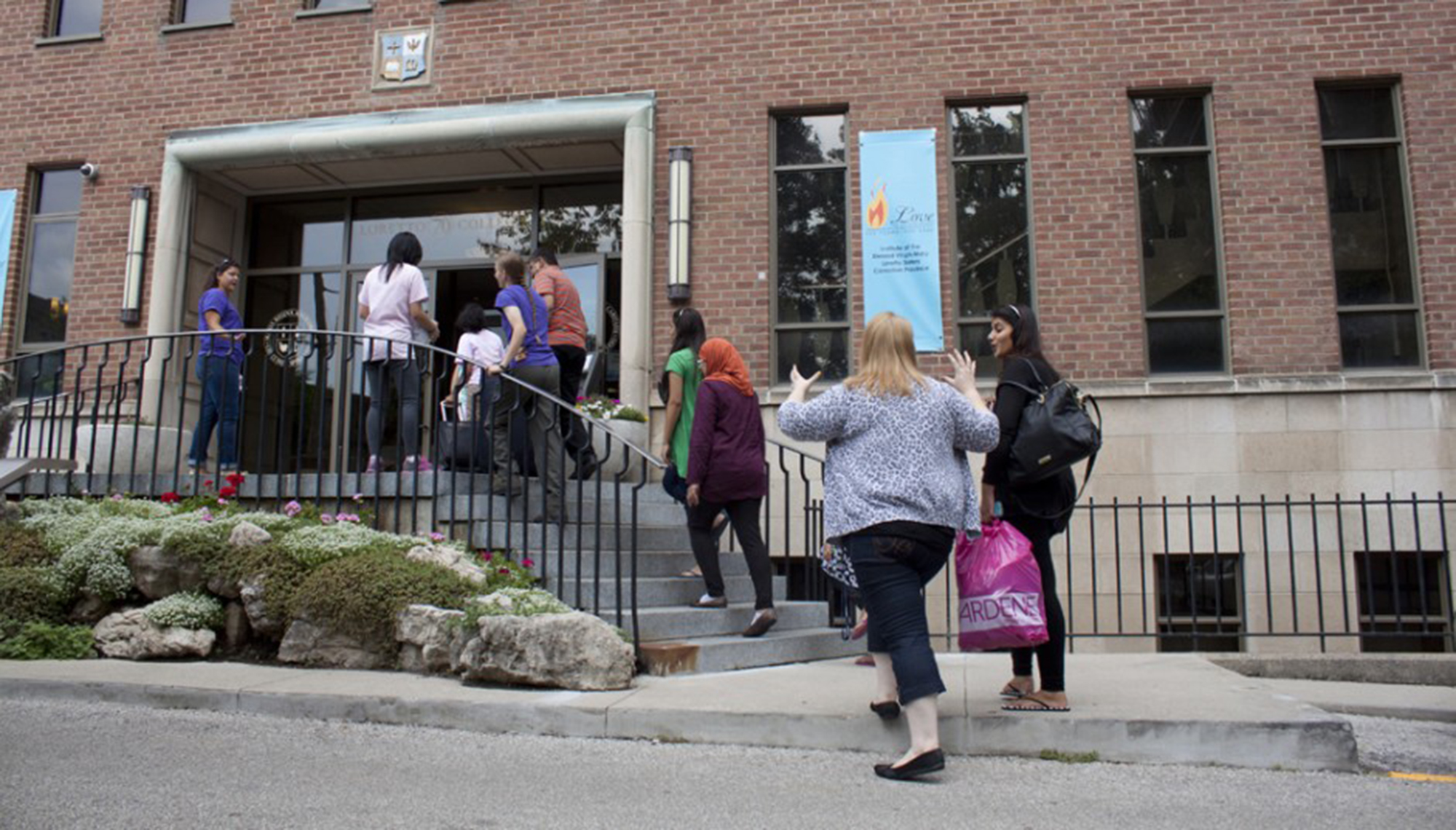 Students and parents at Loretto on moving day (photo by Carolyn Levett, The Varsity)