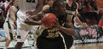 Men's basketball close the gap with win