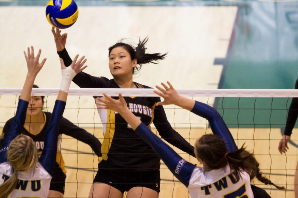 Maggie Li (5) delivers the ball into Trinity Western territory at the CIS national championships. (Photo by Rob Weitzel via SportsShooter.ca)